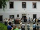 Vystoupení pěveckého sboru Buštěhrad před budovou ZUŠ